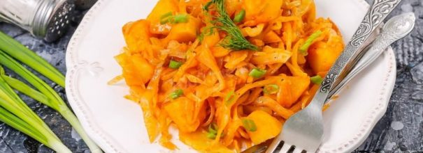 Аппетитная тушёная капуста по рецепту поваров советского времени может послужить прекрасным гарниром или самостоятельным кушаньем