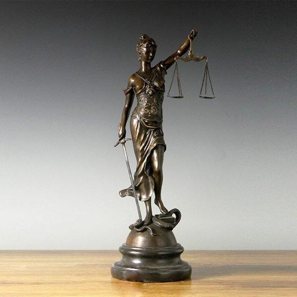 Статуэтка богини с весами