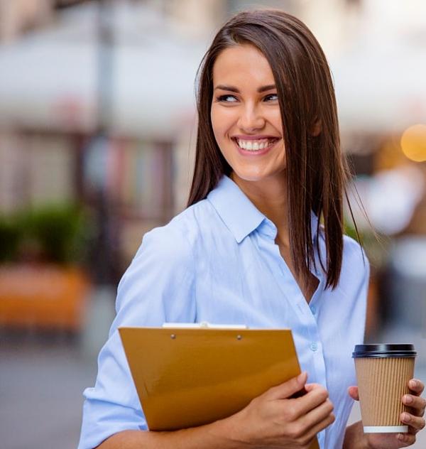 Женщина с кофе и папкой бумаг