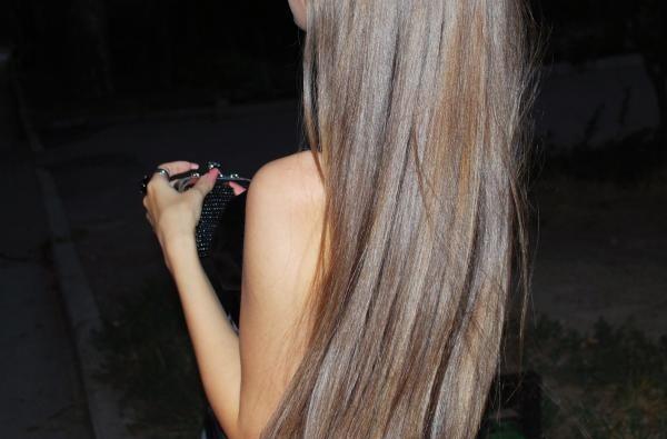 Волосы девушки при регулярном использовании хлебно-кефирной маски