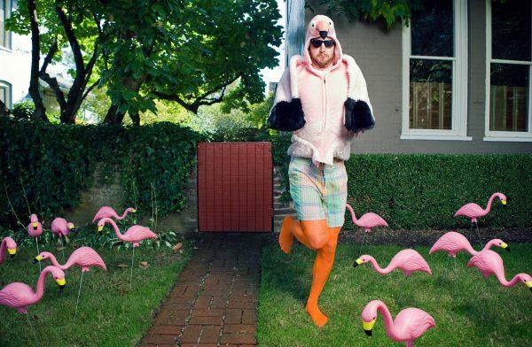 Мем на позу «фламинго»
