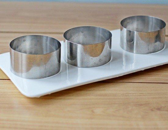 Формовочные кольца на прямоугольной белой тарелке