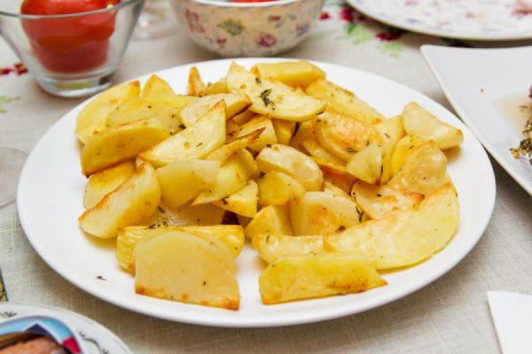 Тарелка с картофелем дольками