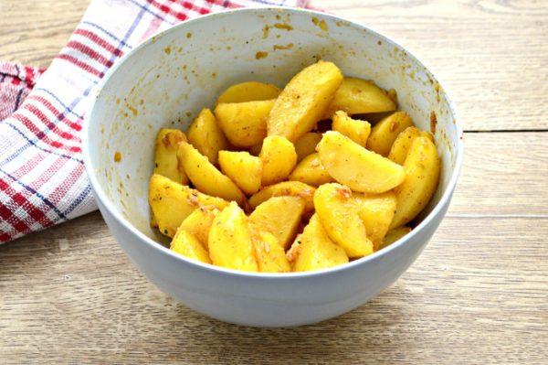 картофель в миске с соусом