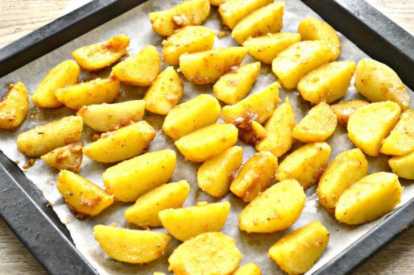 Картофельные ломтики в противне