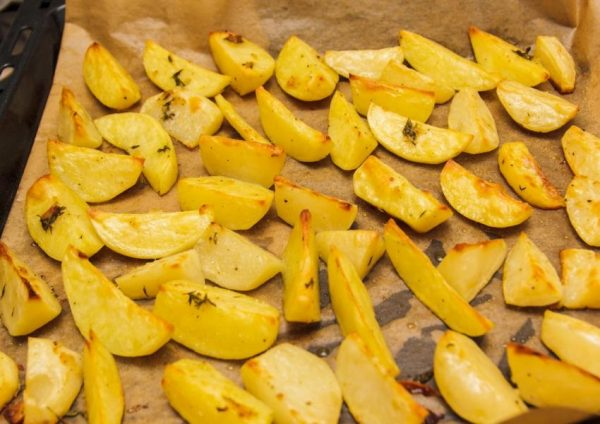 Готовый картофель ломтиками из духовки