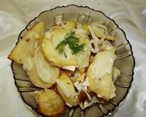 Картофель с луком и майонезом в миске