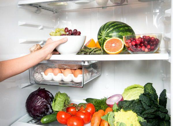 Продукты внутри холодильника
