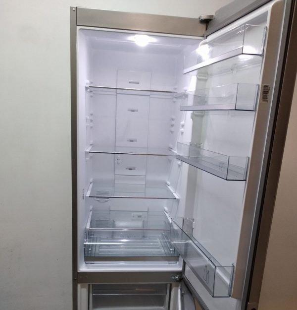 Раскрытый холодильник