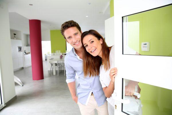 мужчина и женщина открывают дверь