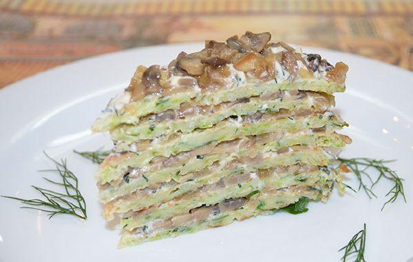 Кусок кабачкового торта с грибами