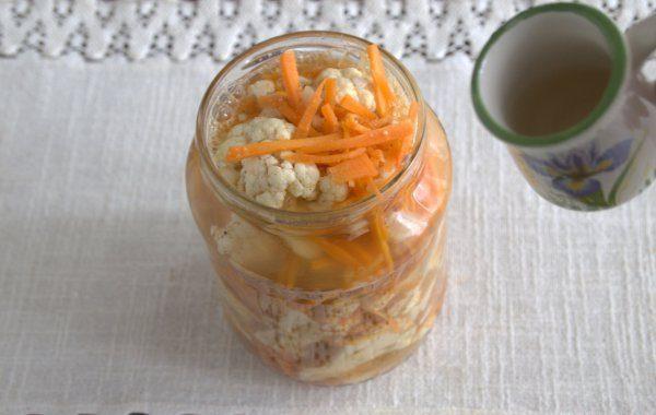 Литровая банка с заготовкой для корейской капусты на зиму и маленькая ёмкость из керамики