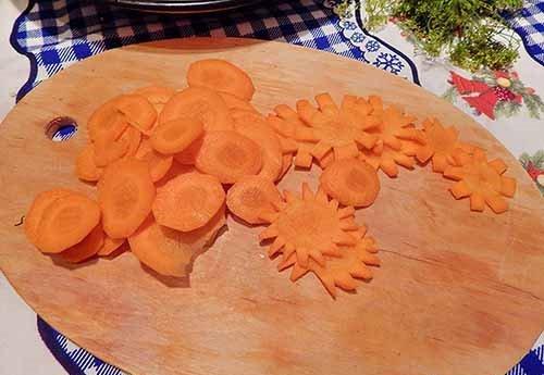 Нарезанная кружочками свежая морковь на разделочной доске