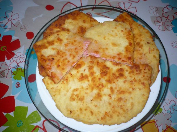 Готовые сырные лепёшки с колбасой