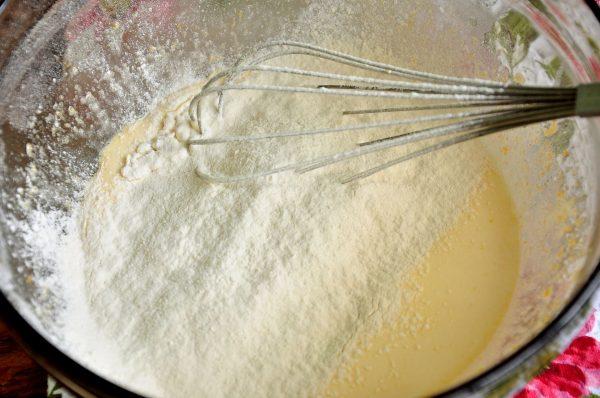 Добавление муки к яично-кефирной смеси