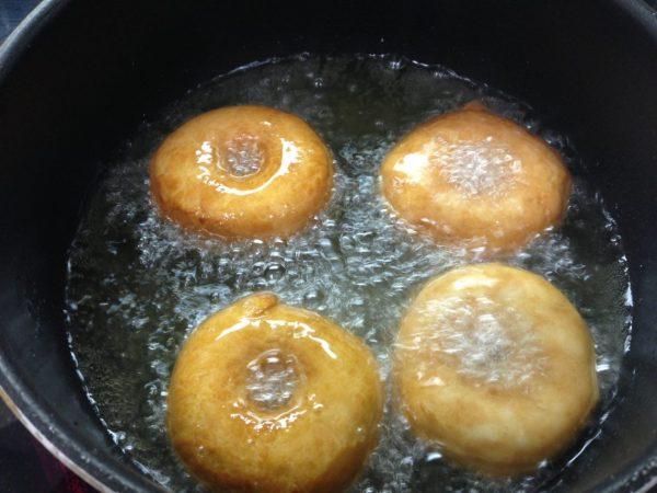Обжаривание лимонно-медовых пончиков