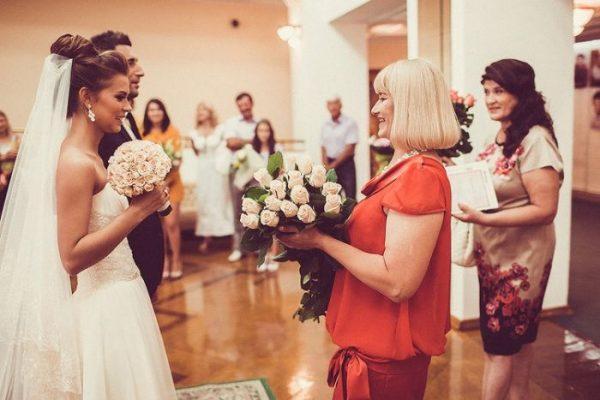 Гости поздравляют жениха и невесту