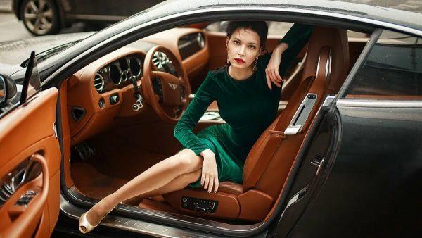 Девушка сидит в машине