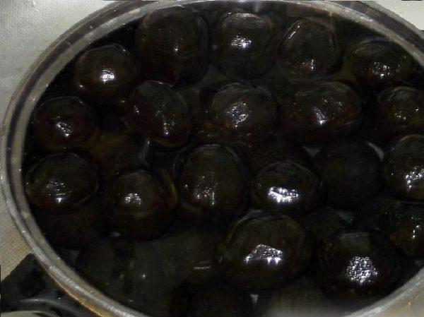 Орехи в кастрюле с водой