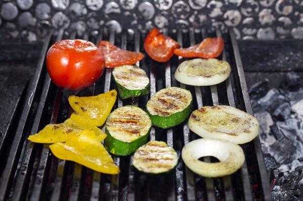 Нарезанные овощи на гриле