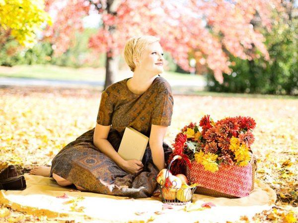 Девушка на природе осенью