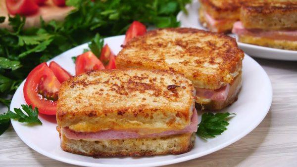 Горячие сэндвичи с сыром, горчицей и ветчиной