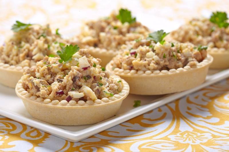 Классический салат из печени трески порадует вас насыщенным вкусом и неповторимым ароматом