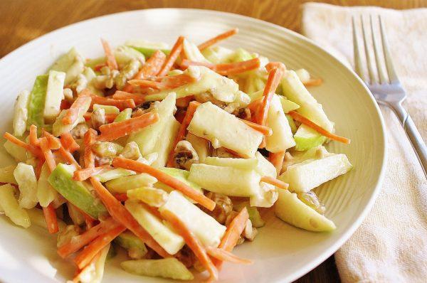 Салат из яблока, моркови и орехов