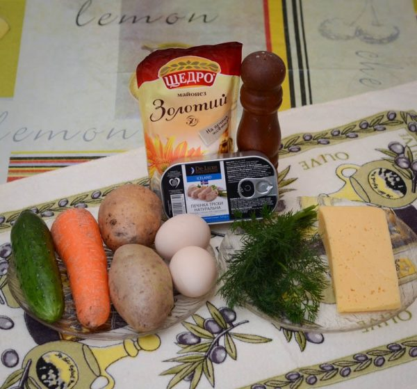 Продукты для приготовления салата из печени трески со свежим огурцом на столе