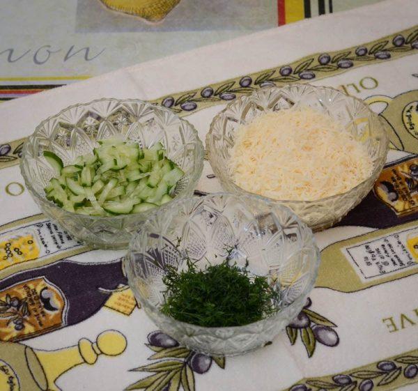 Тёртый сыр, мелко нарезанный свежий огурец и рубленый укроп в маленьких ёмкостях на столе