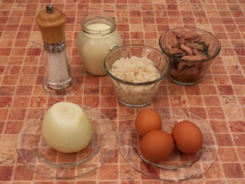 Продукты для приготовления салата из печени трески с рисом на столе