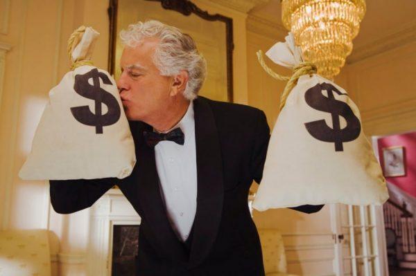 Мужчина с мешками денег