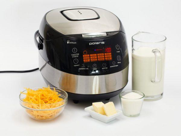 Мультиварка и продукты для приготовления молочного супа на столе