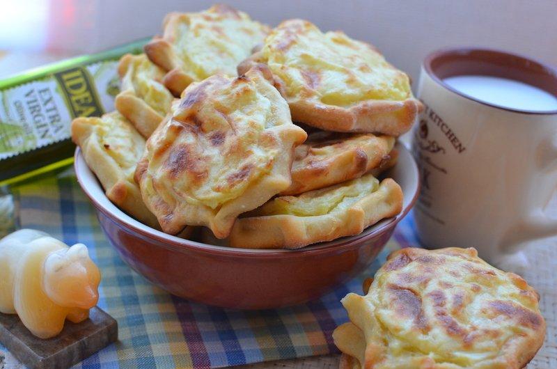 Шанежки с картошкой в миске