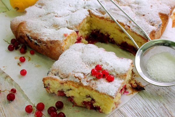Творожный пирог с красной смородиной