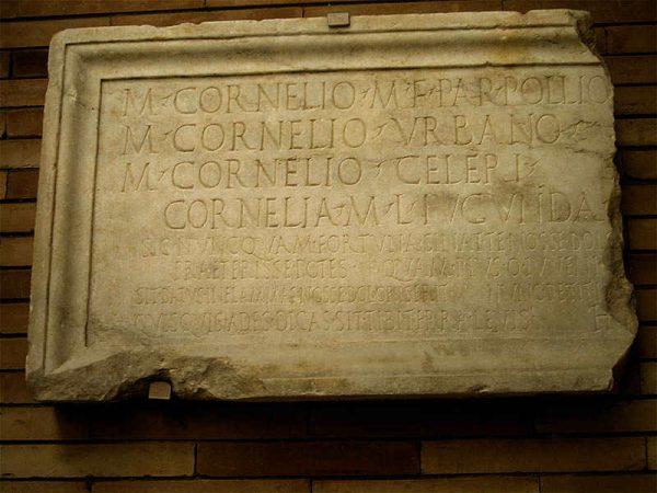 обломок древнеримской надгробной плиты
