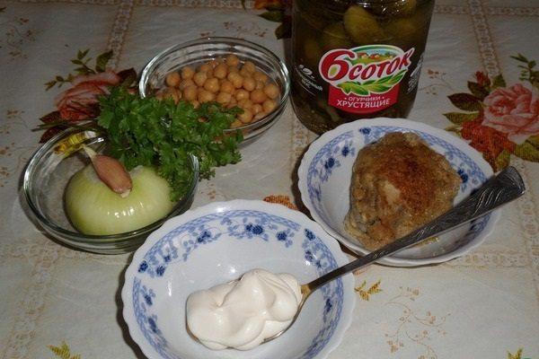 Нут, соус, майонез, курица, овощи и зелень