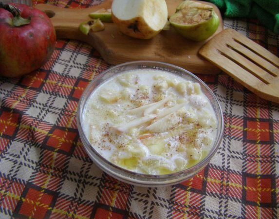 Молочный суп с вермишелью и яблоками на столе с клетчатой скатертью