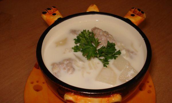 Молочный суп с вермишелью и фрикадельками в оригинальной тарелке в виде животного