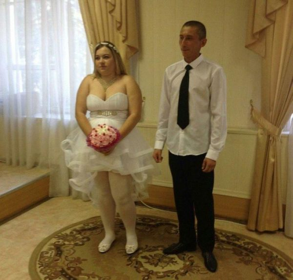 Платье, спадающее с груди невесты