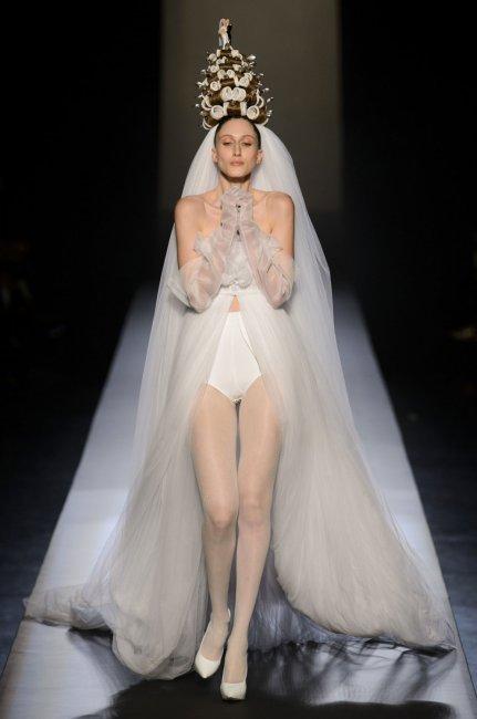 Свадебное платье, открывающее нижнее белье