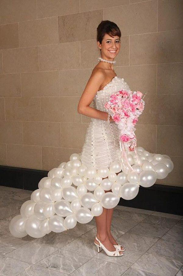 Платье из надувных шариков