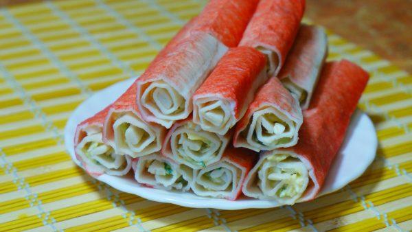 Крабовые палочки, фаршированные сыром и свежим огурцом