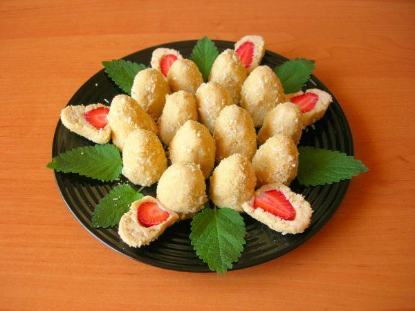 Печенье без выпечки со свежей клубникой