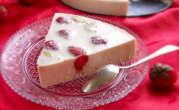 Сливочный десерт с малиной