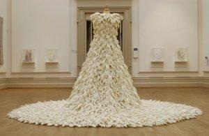странное свадебное платье