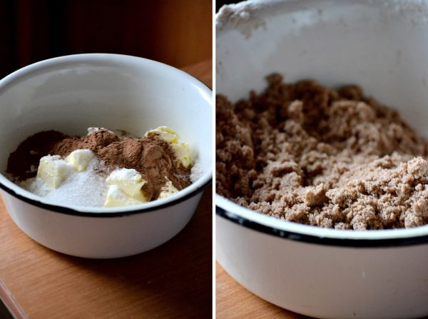 Крошка из муки, масла, сахара и какао-порошка