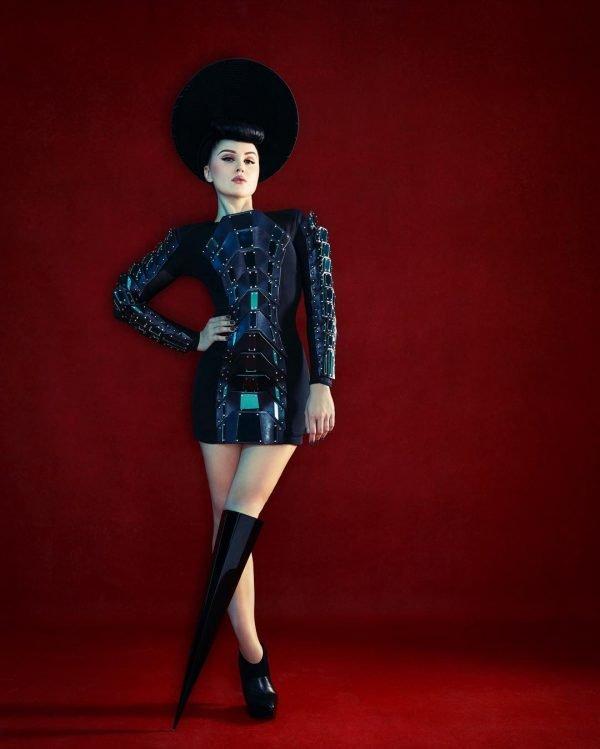 Виктория Модеста с чёрным протезом