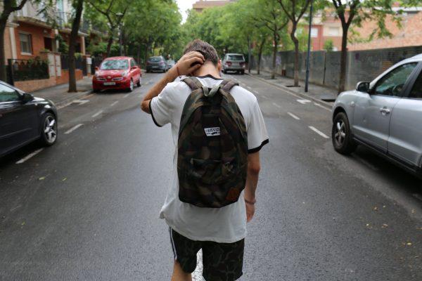 Подросток с рюкзаком