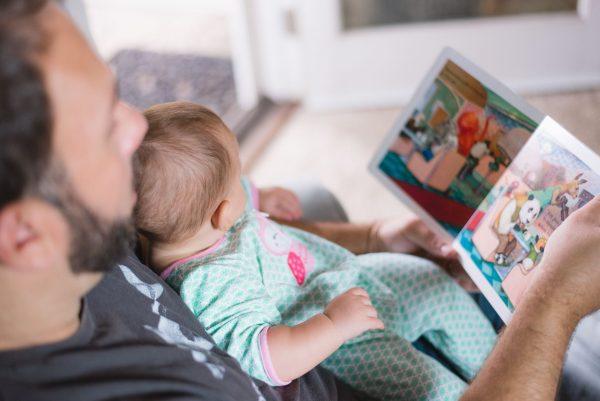 Отец читает ребенку книжку